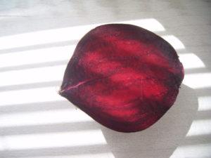 Červená řepa rozříznutá napolovic