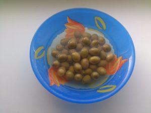Zelené olivy s peckou v slaném nálevu