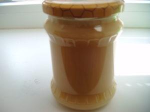 Sklenice ve které je kvalitní zcukernatělý med