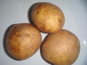 Fotografie tří syrových brambor