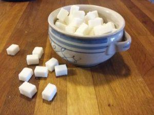 Bílý cukr v kostkách